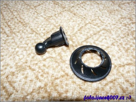 obrázek vyřezaný zbytečný plast poškozeného držáku nahravací kamery