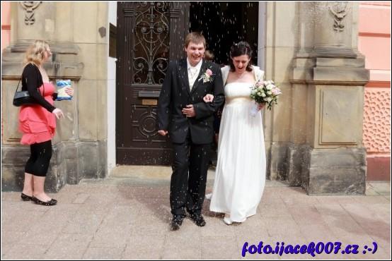 obrázek odchod novomanželů z radnice