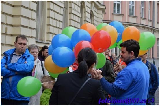obrázek balónky pro děti ve frontě