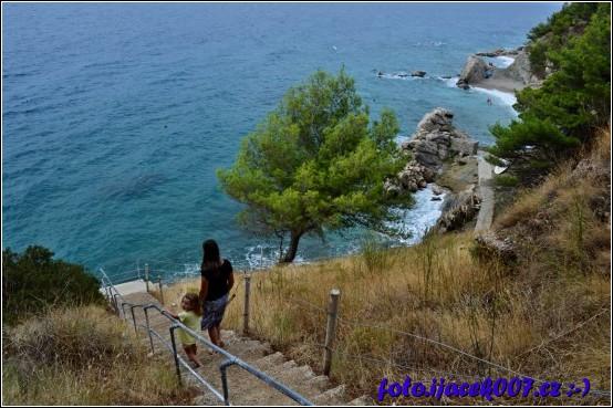 obrázek schody na oblázkovou pláž